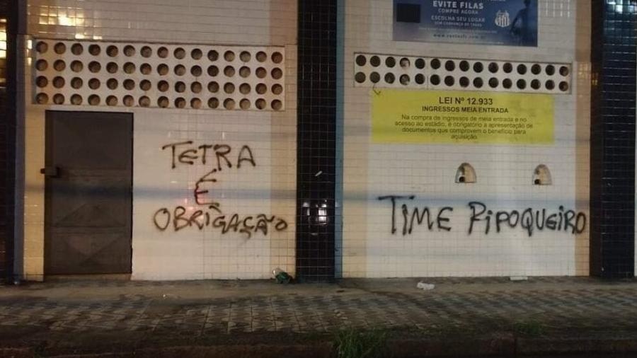 Muros do estádio foram vandalizados com cobranças - como a obrigação do tetracampeonato da Libertadores, por exemplo - Bruno Rios/A Tribuna