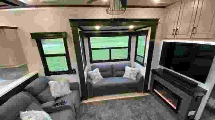 Sala do motorhome de Valteri Bottas - Reprodução/Facebook/JF American Motorhome - Reprodução/Facebook/JF American Motorhome