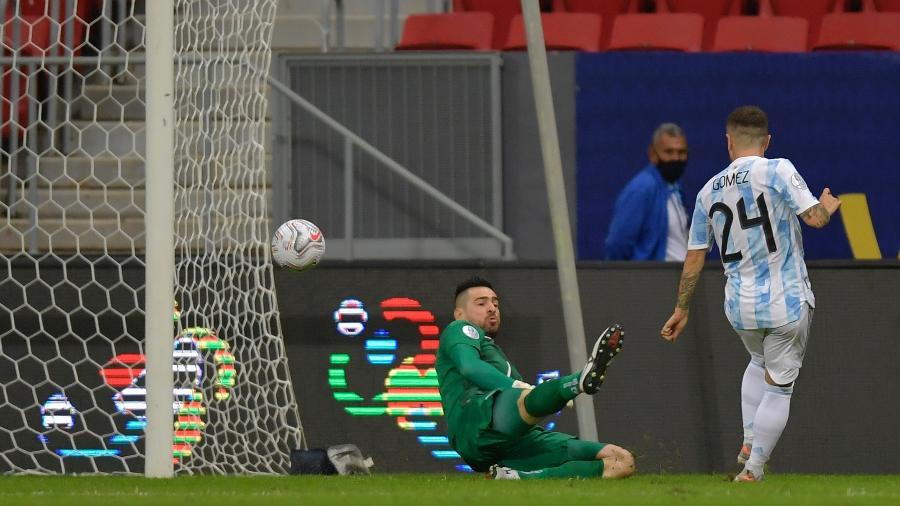 Alejandro Gomez marca gol da Argentina sobre o Paraguai pela Copa América - Pedro Vilela/Getty Images