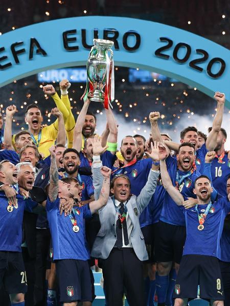 Chiellini levanta o troféu de campeão da Eurocopa ao lado dos demais jogadores italianos - Eddie Keogh - The FA/The FA via Getty Images