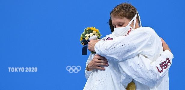 Atletas olímpicos devem parar de se abraçar no pódio, diz jornal