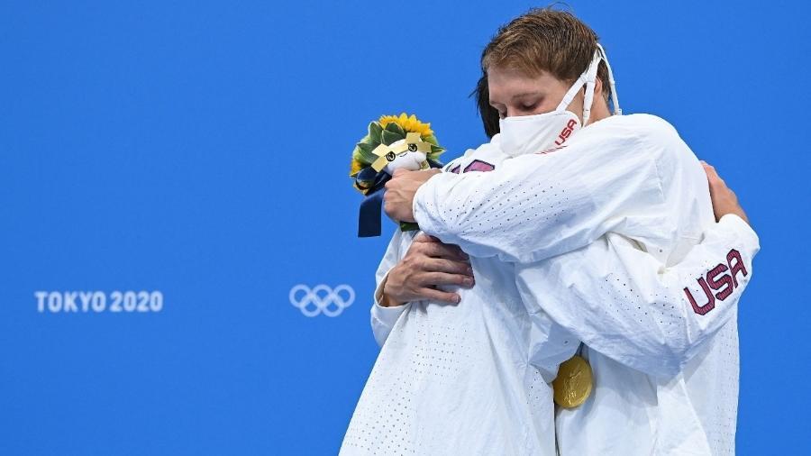 Jay Litherland e Chase Kalisz, dos EUA, se abraçaram durante a cerimônia de medalha - AFP via Getty