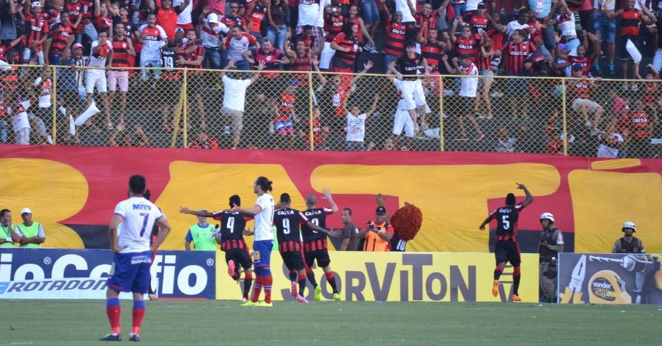 Jogadores do Vitória comemoram com a torcida o gol marcado sobre o Bahia