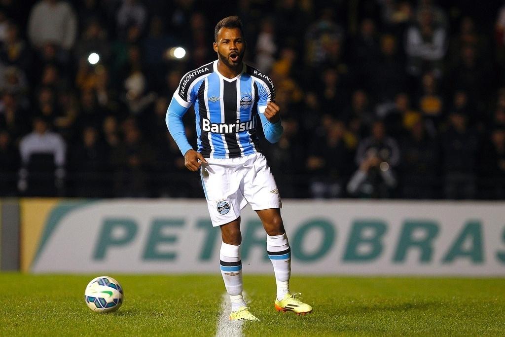 Fernandinho comemora gol marcado pelo Grêmio na decisão por pênaltis contra o Criciúma