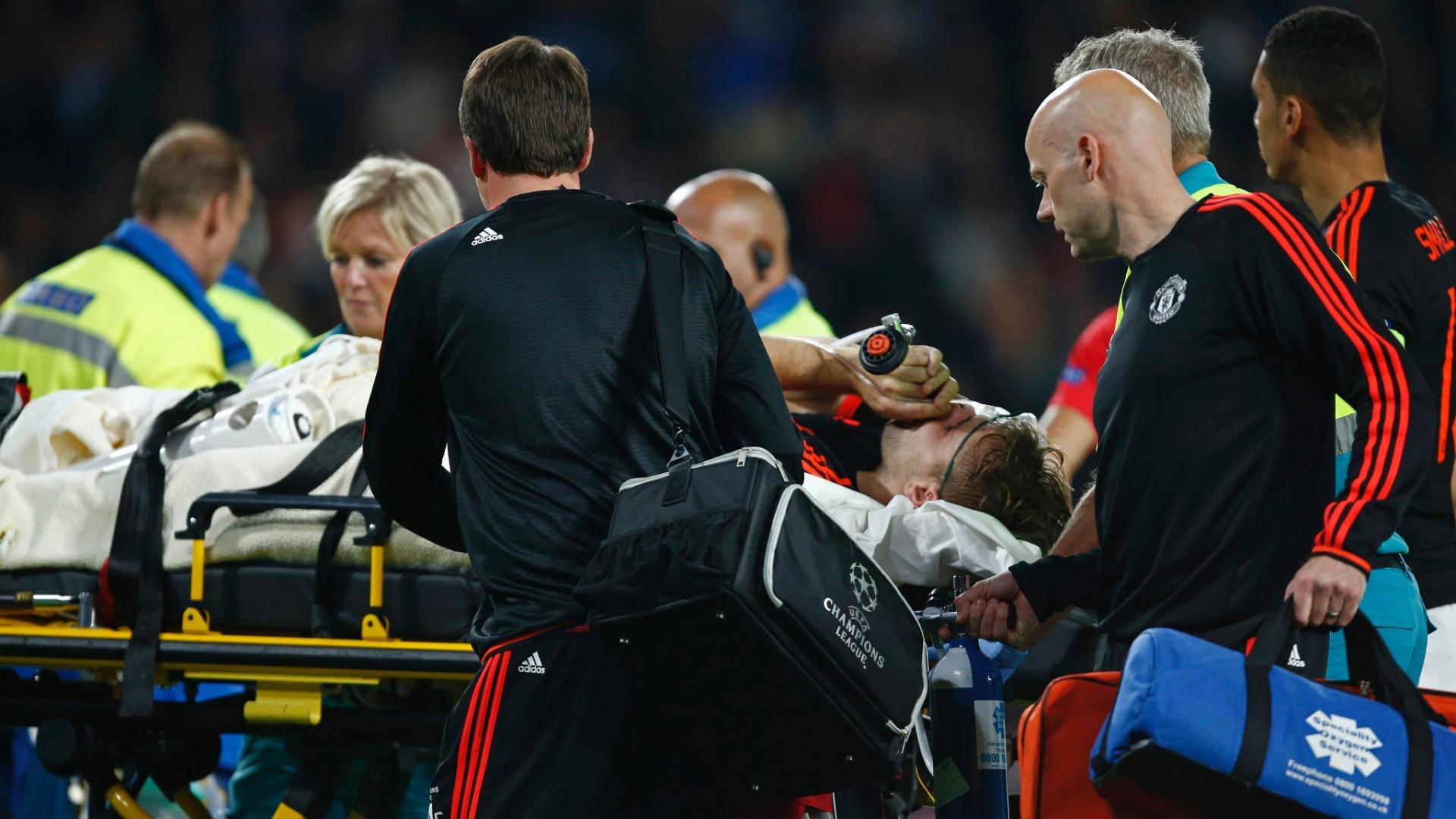Luke Shaw precisou deixar o gramado de maca após entrada violenta de Hector Moreno; United acabou derrotado por 2x1 pelo PSV