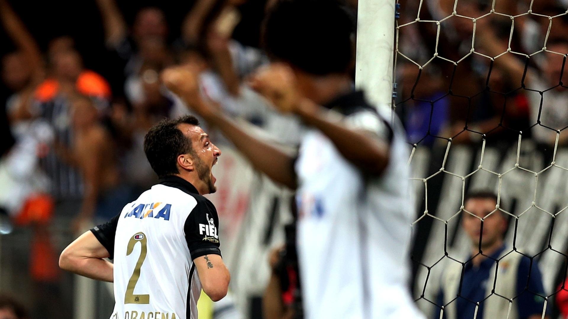 Edu Dracena inaugura o marcador para o Corinhtians em partida contra o Goiás pela 30ª rodada do Campeonato Brasileiro