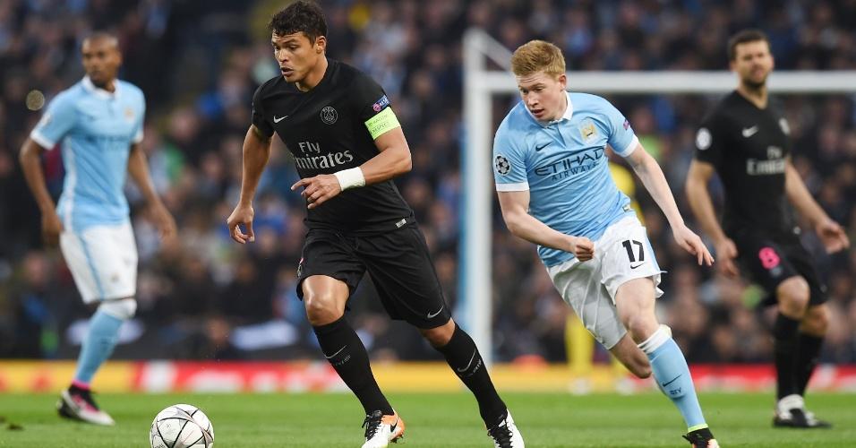 Thiago Silva tenta sair jogando acompanhado pela marcação de Kevin de Bruyne na partida entre Manchester City e PSG pela Liga dos Campeões