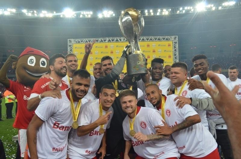 Jogadores do Internacional fazem festa com a taça do Campeonato Gaúcho de 2016