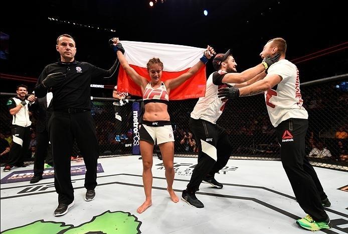 Karolina Kowalkiewicz comemora vitória no UFC