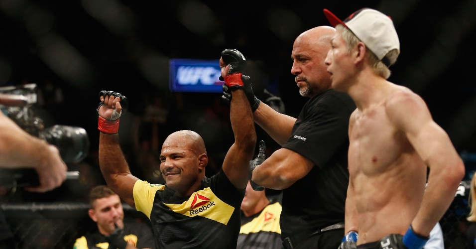 Wilson Reis tem a mão levantada pós vitória no UFC 208
