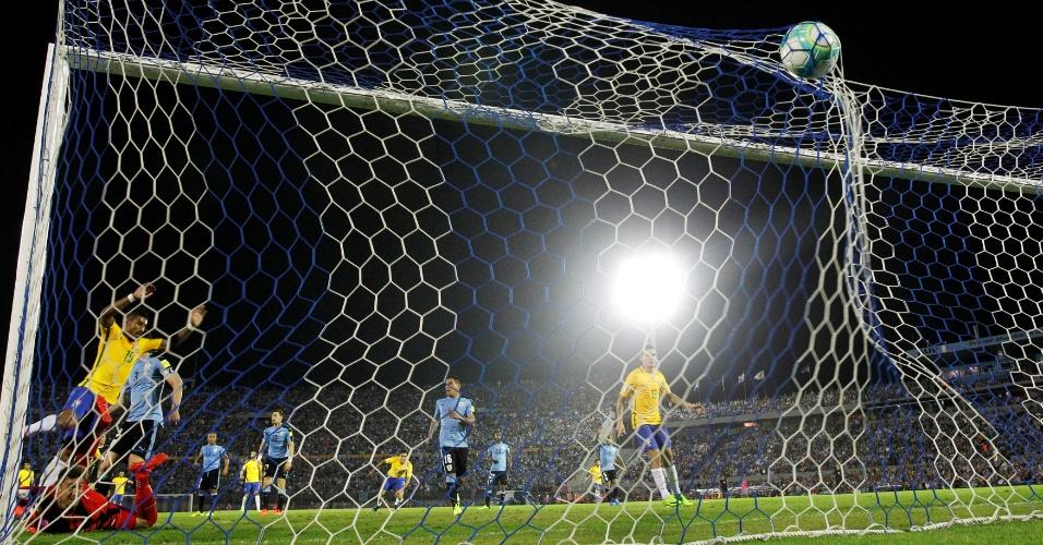 Lance do segundo gol de Paulinho contra o Uruguai