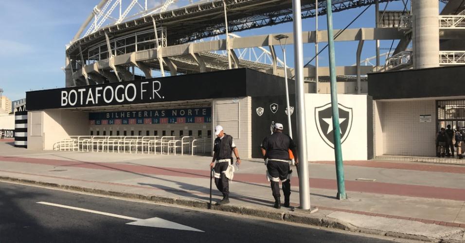 Policiais militares têm tarde tranquila no estádio Nilton Santos