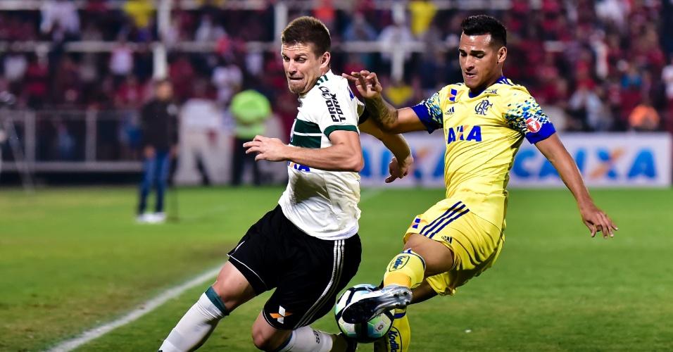 Trauco e Matheus Galdezani disputam bola em Flamengo x Coritiba pelo Campeonato Brasileiro