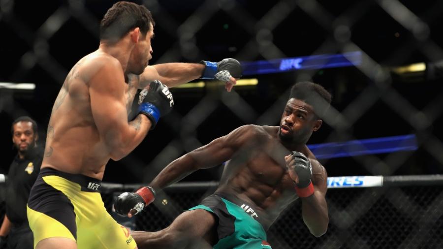 Brasileiro Renan Barão tenta acertar golpe em Aljamain Sterling durante o UFC 214 - Sean M. Haffey/Getty Images