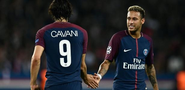 Cavani e Neymar se cumprimentam durante jogo do PSG