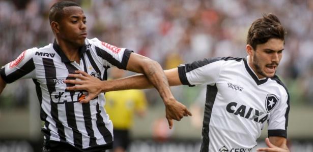 Robinho, jogador do Atletico-MG, e Rabello, jogador do Botafogo, disputam lance durante partida no Independência pelo Campeonato Brasileiro