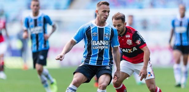 Arthur tenta escapar de Everton Ribeiro durante jogo do Grêmio contra o Flamengo