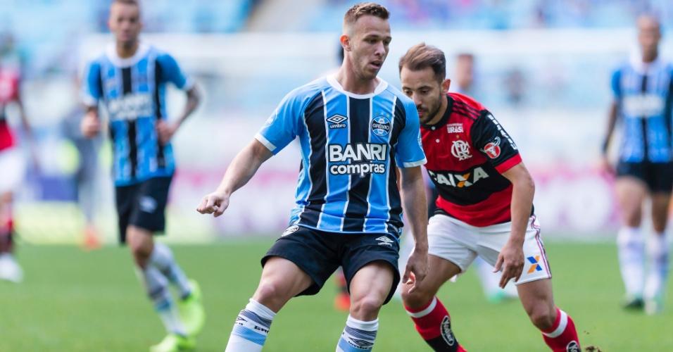 Arthur e Everton Ribeiro disputam jogada em Grêmio x Flamengo