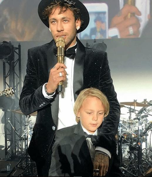 Neymar discursa após o parabéns junto com o filho