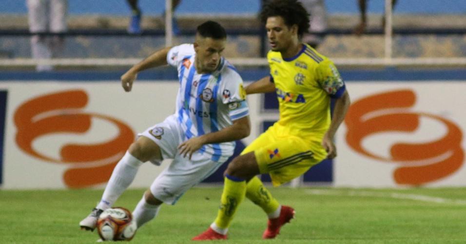 Willian Arão marca Pipico na partida entre Macaé e Flamengo