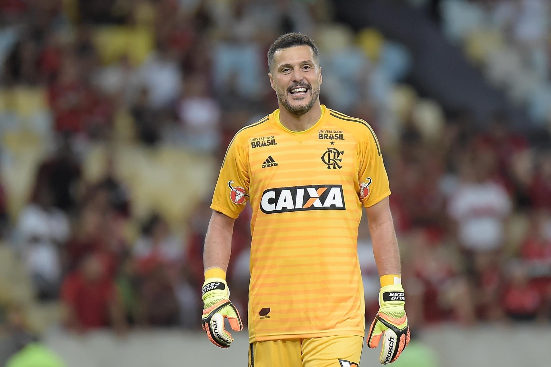 2bbcf23f49 Julio Cesar se despede dos gramados e agradece Flamengo