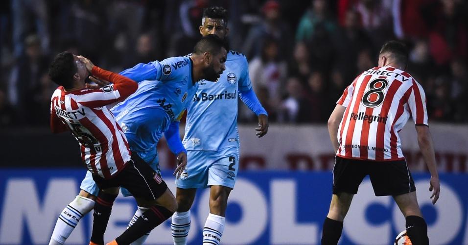 Maicon empurra Campi durante Estudiantes x Grêmio e acaba levando o cartão amarelo