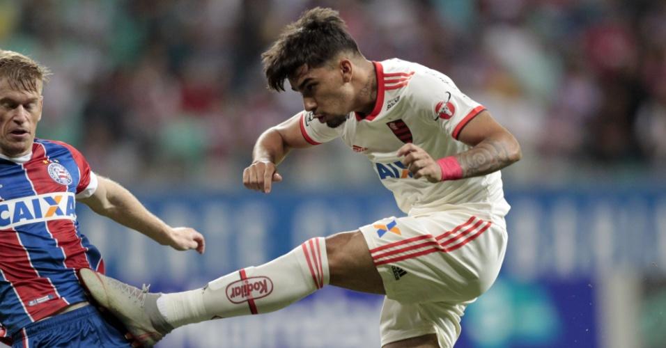 Lucas Paquetá tenta a finalização no jogo entre Bahia e Flamengo