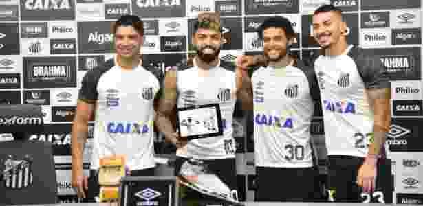 Gabigol recebeu uma placa em homenagem ao gol histórico marcado pelo Santos - Ivan Storti/SantosFC