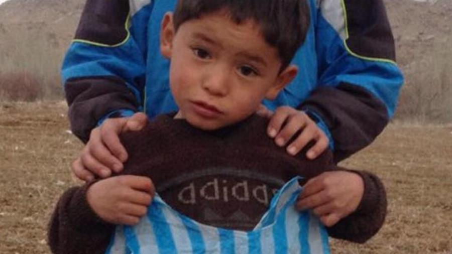 Menino que viralizou com camisa improvisada do Messi é ameaçado por grupo terrorista - Reprodução/Instagram