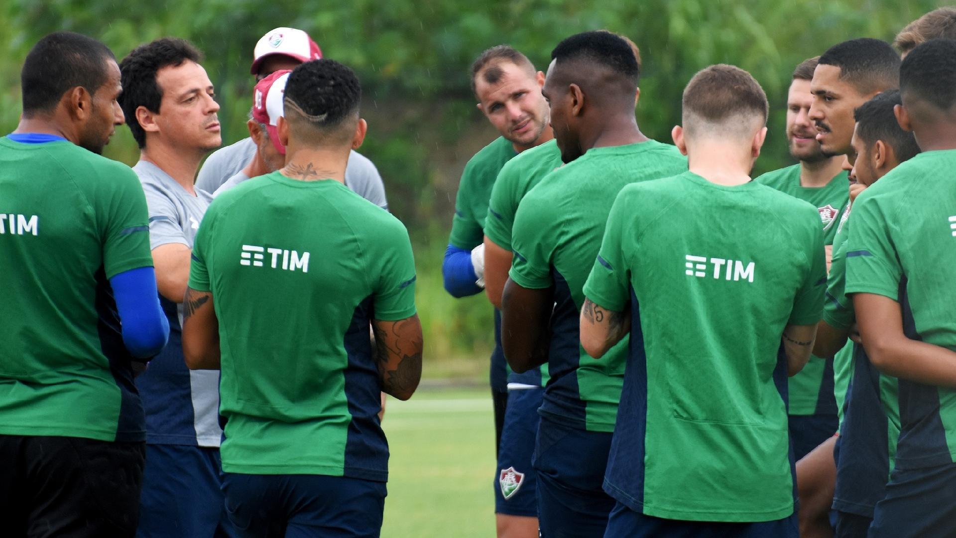 Fernando Diniz conversa com o elenco do Fluminense no CT tricolor