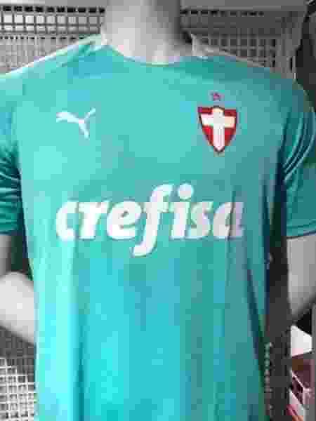 Camisa tem cor mais clara, em tom verde-água - Reprodução/Twitter