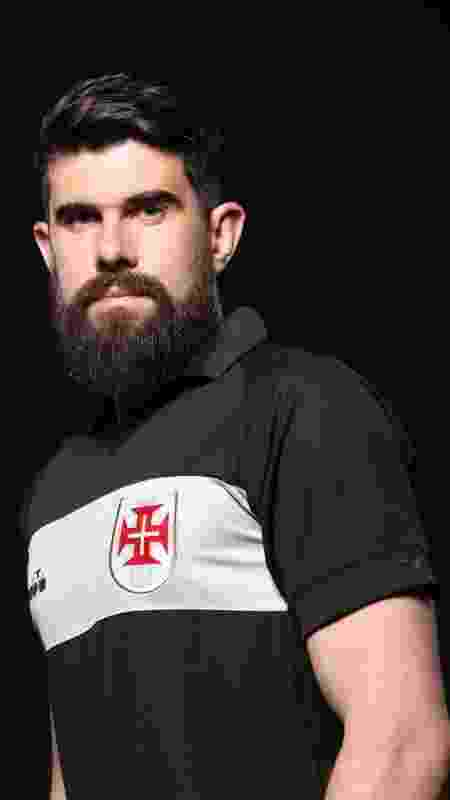 Fernando Miguel posa com um dos modelos de camisa para goleiros: a outra tem as cores invertidas - Carlos Armando / Site oficial do Vasco