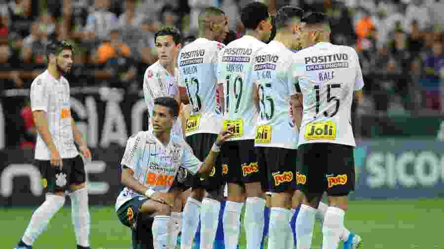 Jogadores do Corinthians durante lance do jogo contra o Cruzeiro - Daniel Vorley/AGIF