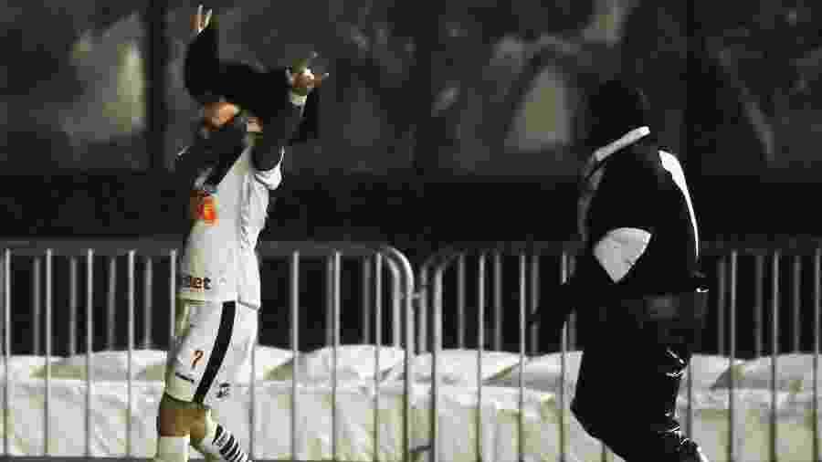 Rossi rouba cabeça da mascote vascaína durante comemoração do gol contra o Cruzeiro - Allan Carvalho/AGIF