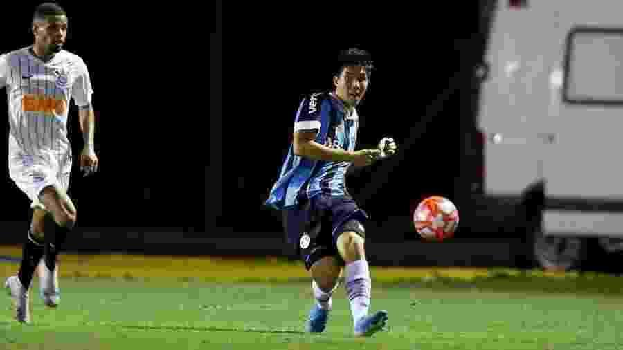 Kazu, lateral esquerdo, em ação pelo Grêmio. Jogador é alvo de negociação no mercado da bola - Rodrigo Fatturi/Grêmio