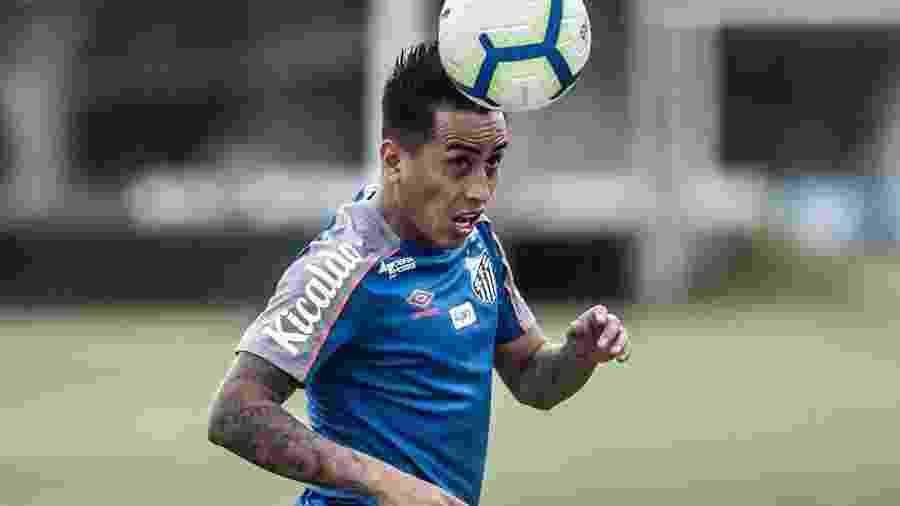 Cueva cabeceia bola durante treino do Santos - Ivan Storti/Santos FC