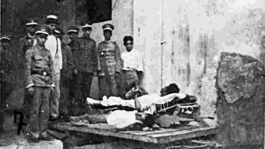 """Policiais do Rio de Janeiro observam """"espanholados"""" durante o surto de Gripe Espanhola de 1918 - Biblioteca Nacional"""