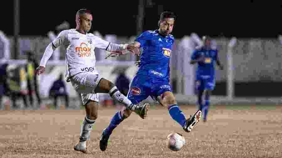Ariel Cabral, do Cruzeiro, disputa bola no duelo contra a Caldense pelo Campeonato Mineiro - Gustavo Aleixo/Cruzeiro