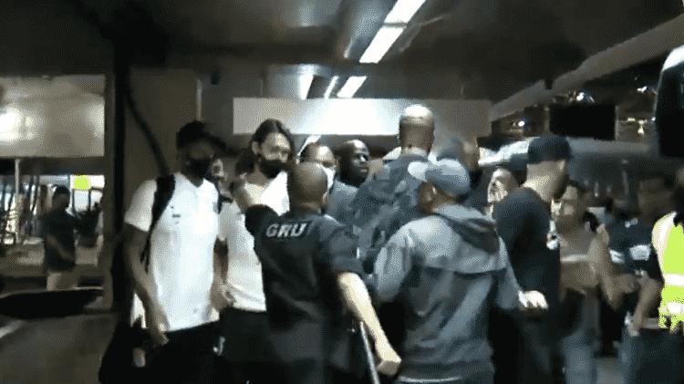 Cássio é protegido por seguranças durante tumulto no desembarque do Corinthians no Aeroporto de Guarulhos - Reprodução/TV Gazeta - Reprodução/TV Gazeta