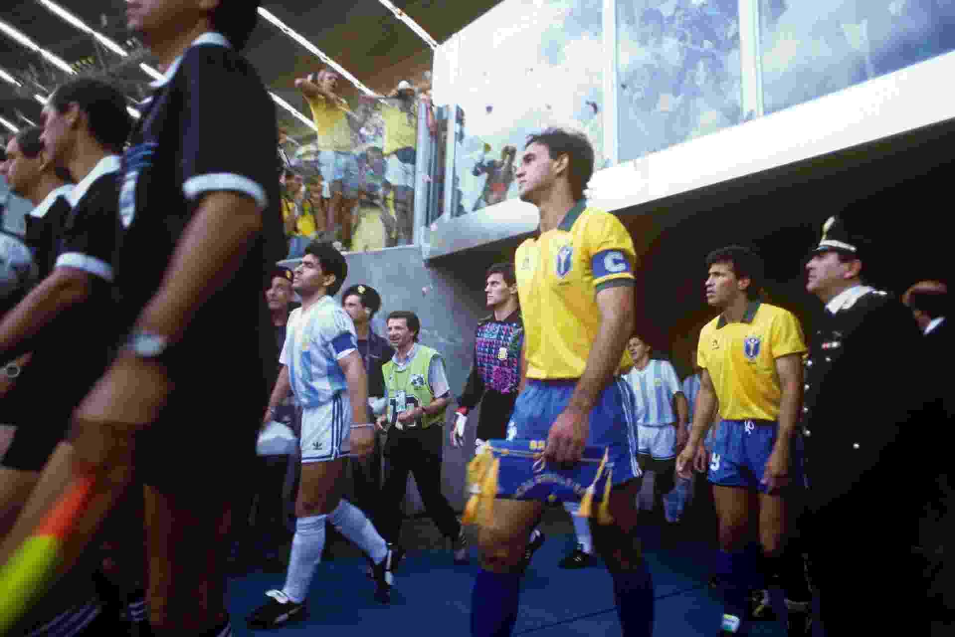 Seleção Brasileira e Argentina entram em campo para as oitavas de final da Copa do Mundo de 1990 - undefined
