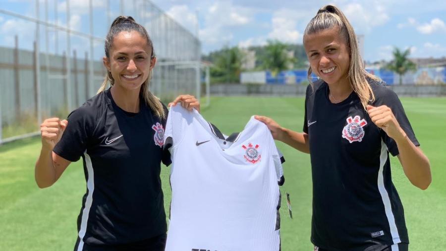 Diany e Giovanna Campiolo mostram novo patrocínio do time feminino do Corinthians - Divulgação/Corinthians