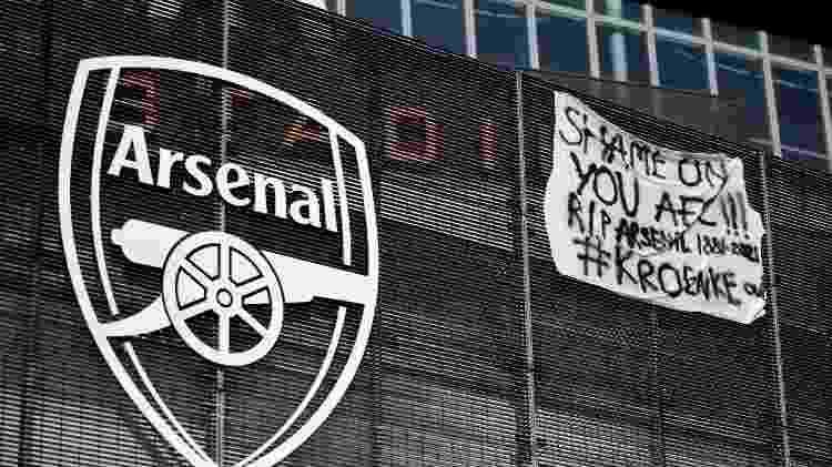 Um banner contra a Superliga foi pendurado do lado de fora do Emirates Stadium, casa do Arsenal - Photo by Tolga Akmen / AFP - Photo by Tolga Akmen / AFP