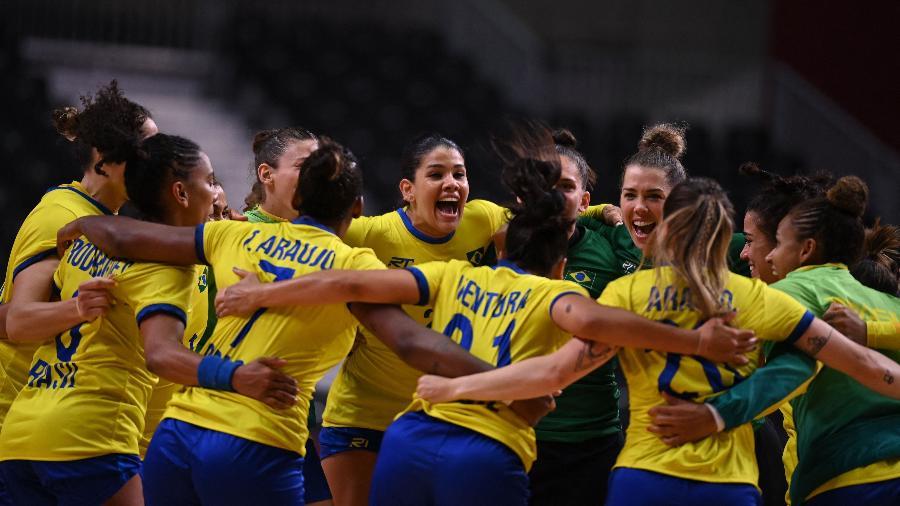 Jogadoras da seleção feminina de handebol comemoram vitória contra a Hungria - Daniel LEAL-OLIVAS / AFP