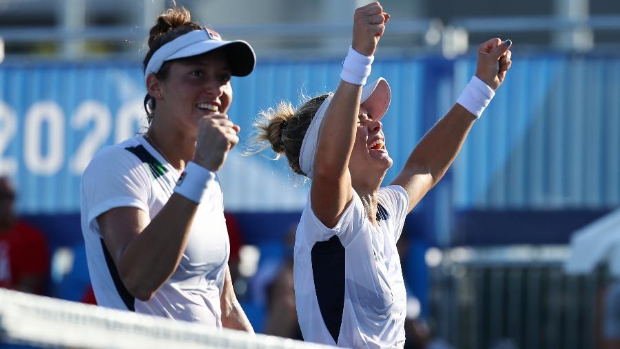Luisa Stefani e Laura Pigossi comemoram vitória nas quartas de final dos Jogos Olímpicos Tóquio 2020 - Reuters