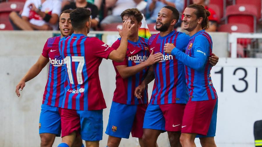 Jogadores do Barcelona comemoram gol em amistoso contra o Stuttgart - Divulgação