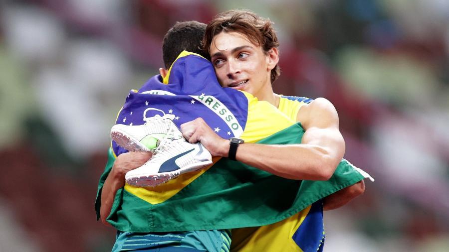 Armand Duplantis, medalhista de ouro, e Thiago Braz, medalhista de bronze, no salto com vara nos Jogos de Tóquio-2020 - HANNAH MCKAY/REUTERS