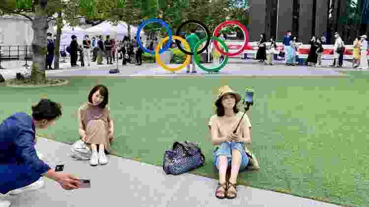 Japoneses tiram foto em frente aos anéis olímpicos próximos ao Estádio Nacional de Tóquio-2020 - Juliana Sayuri/UOL - Juliana Sayuri/UOL