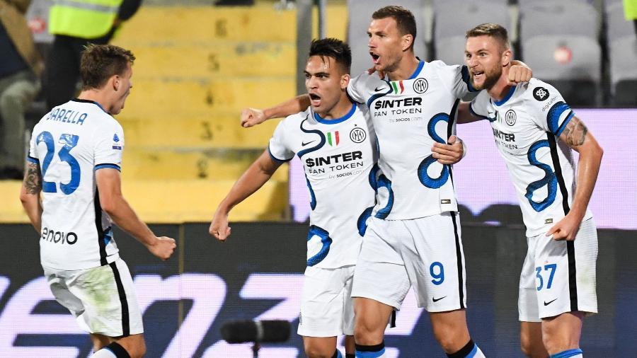 Jogadores da Inter de Milão comemoram gol na partida contra a Fiorentina, pelo Campeonato Italiano - AFP