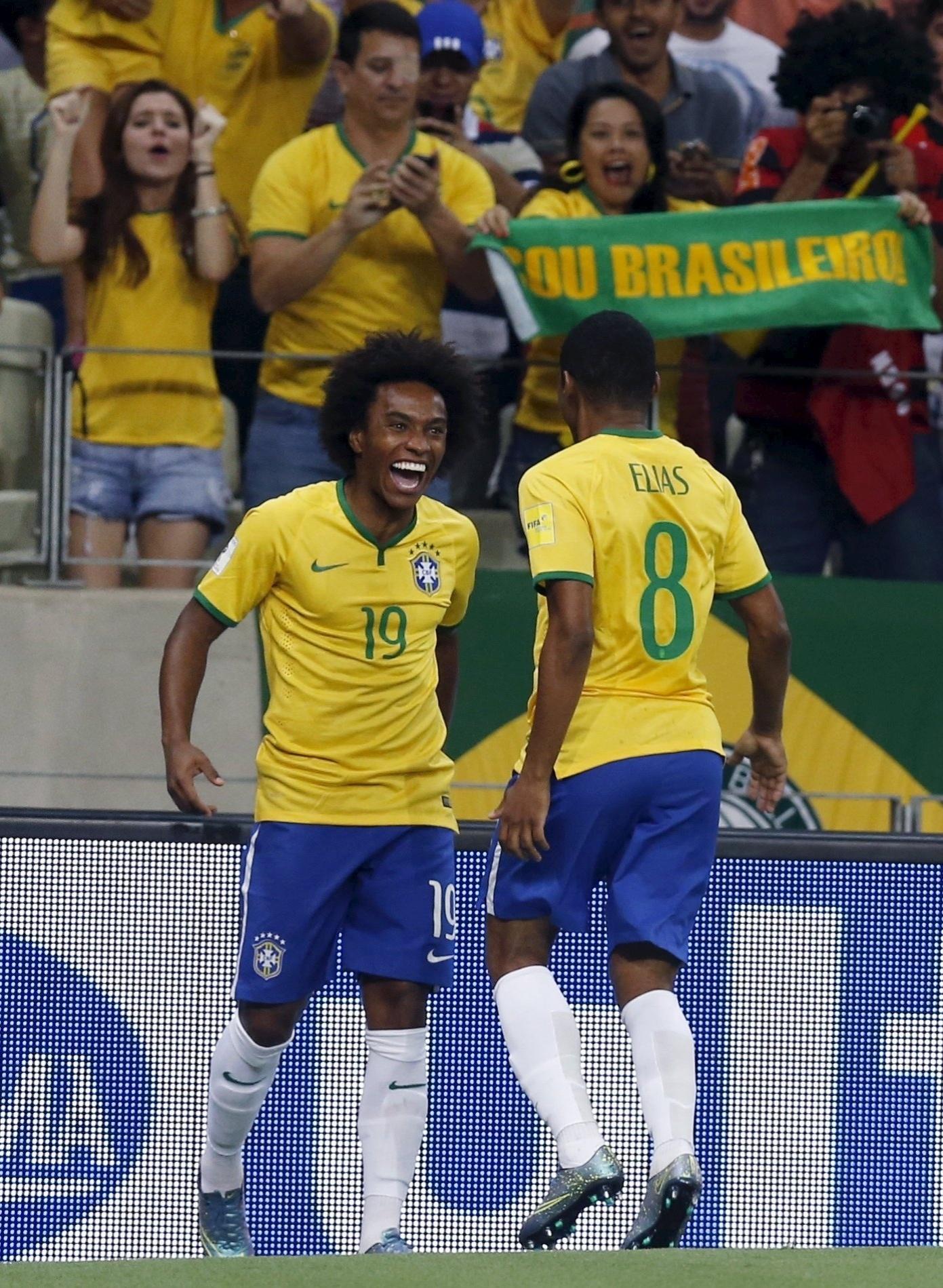 Willian e Elias comemoram gol do jogador do Chelsea no jogo contra a Venezuela, pelas Eliminatórias