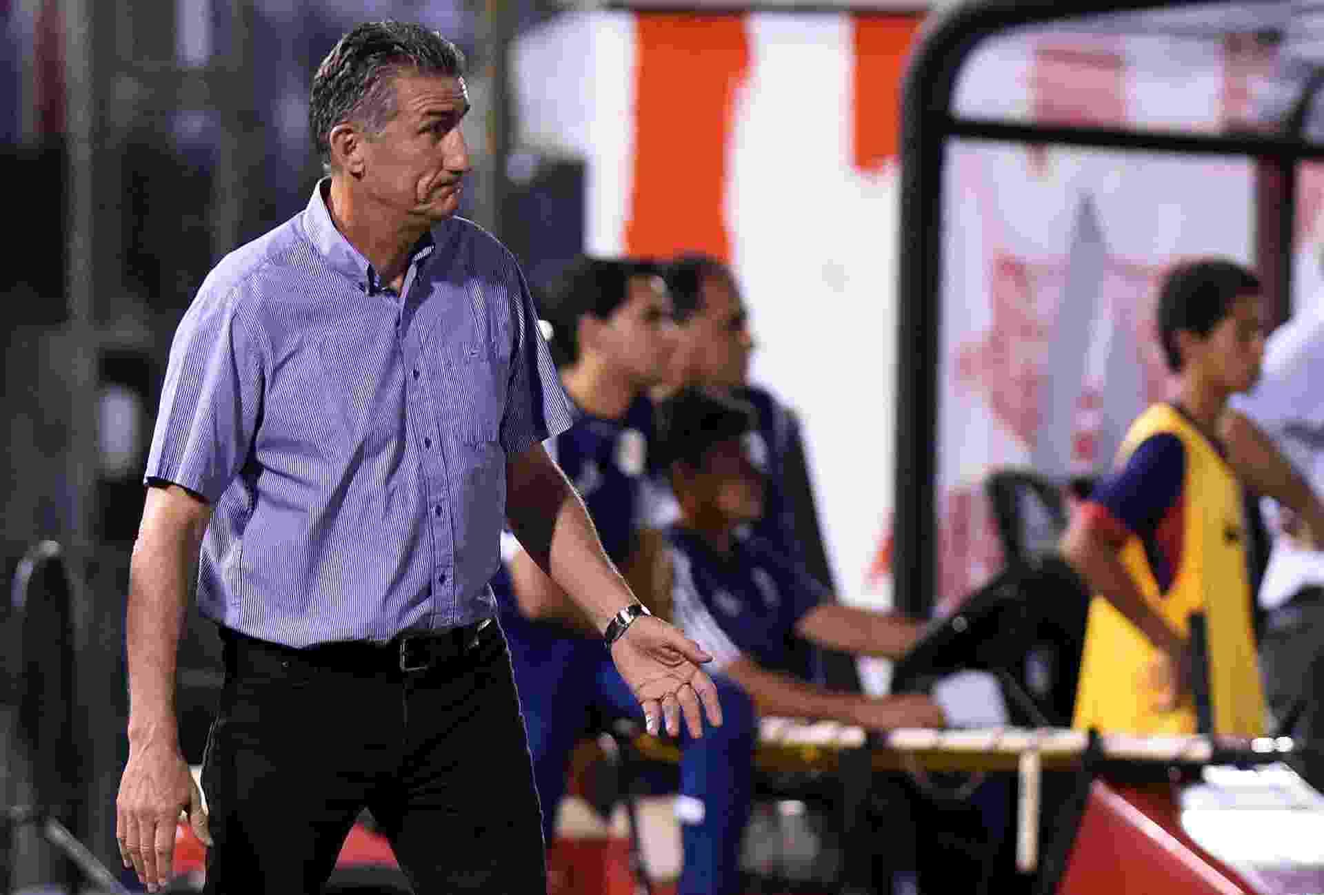 Técnico Bauza orienta jogadores do São Paulo na partida da equipe contra o Cerro Porteño - AFP PHOTO / NORBERTO DUARTE